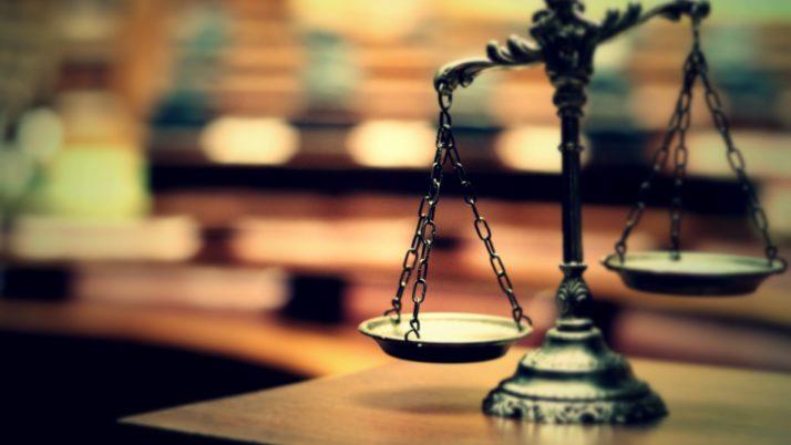 Esame Avvocato: compiti annullati per una busta scollata, il TAR accoglie il ricorso